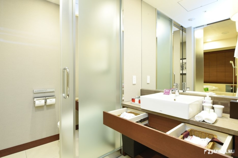 High-quality bathroom with sufficient supplies