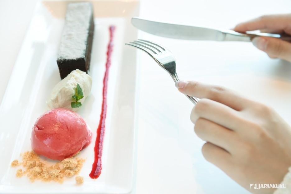 熱經典巧克力蛋糕配白蘭地木莓