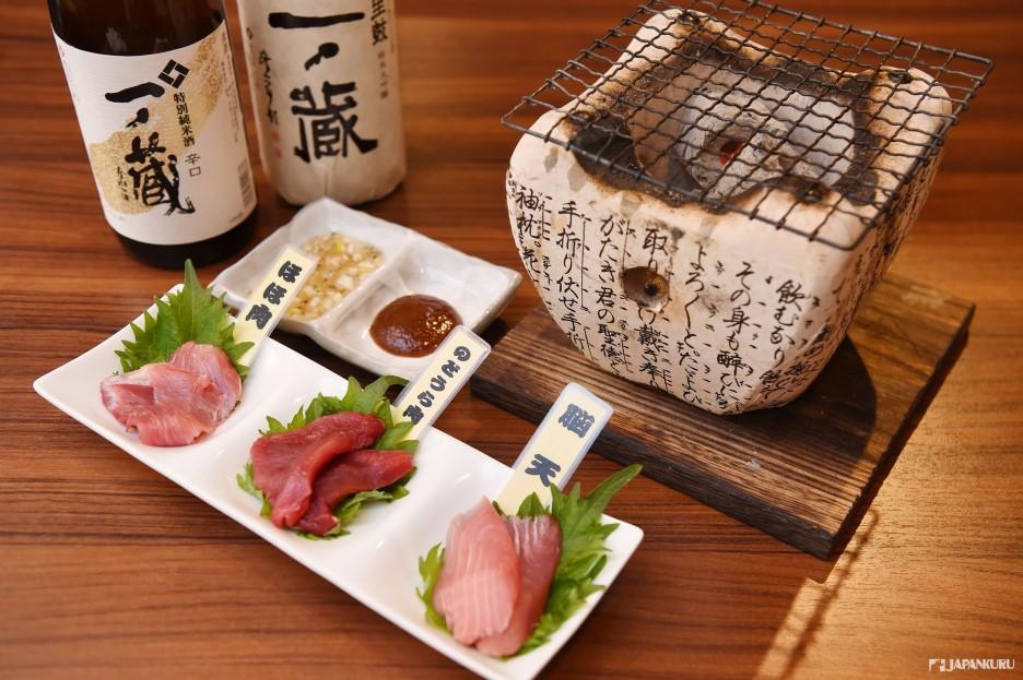*炭火烤黑鮪魚稀少部位三種 (まぐろの希少部位三種の炭火炙り) 1200日元(含稅)