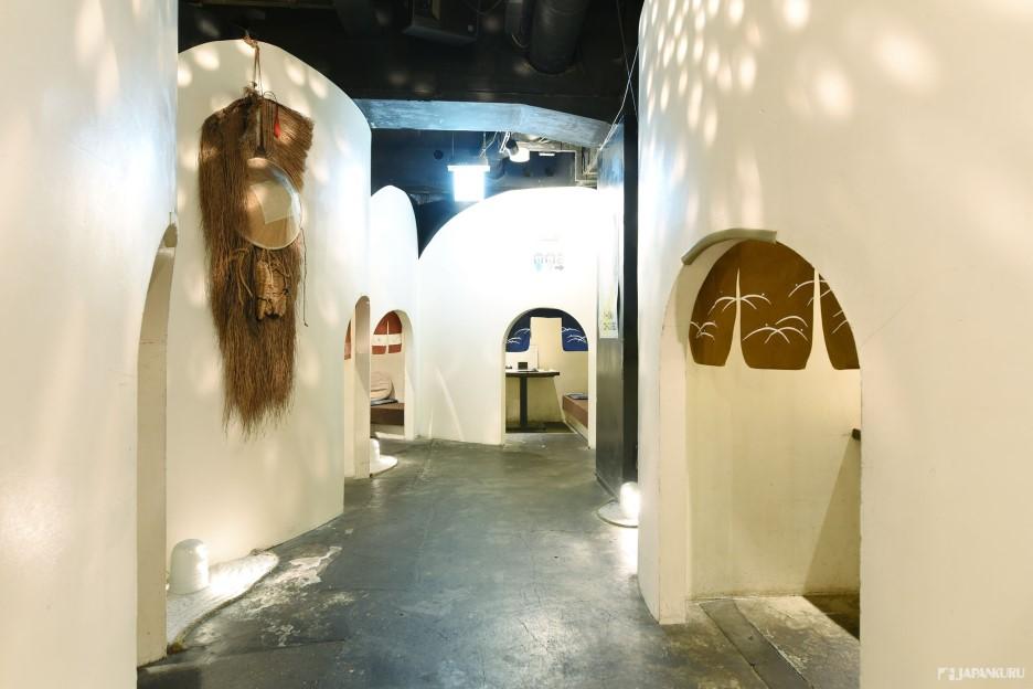以KAMAKURA祭典以雪堆成的小屋形象设计成的用餐区