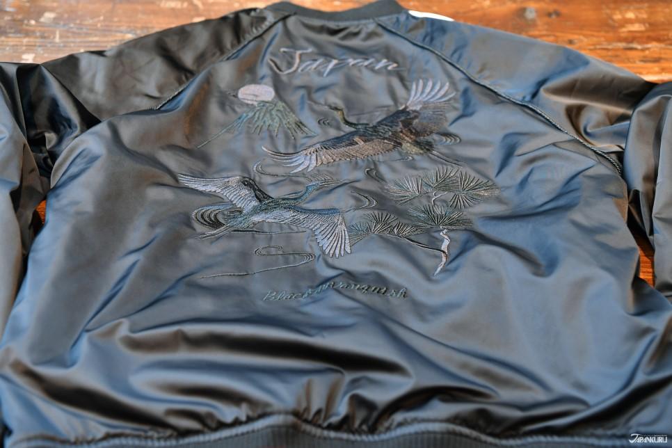 三 - 俐落黑色橫須賀刺繡外套