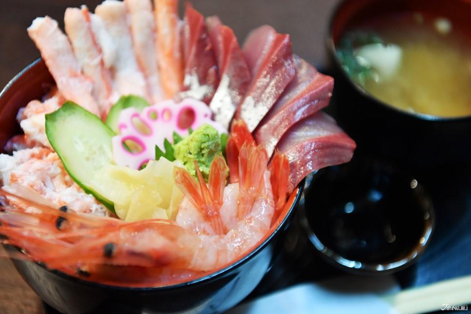 特选海鲜盖饭(附味噌汤):3,000日元+ TAX
