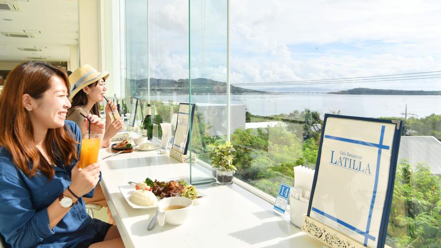 青い海、サンセットが望める絶景カフェ【CafeRestaurant LA TiLLA】
