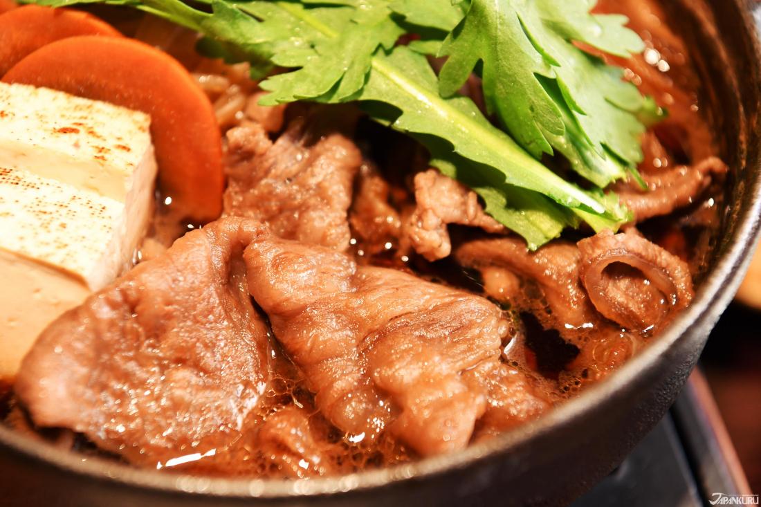 Combinaison de viande, légumes et tofu