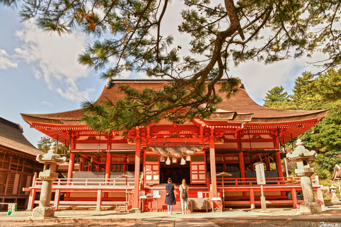 There are two main buildings of the shrine.