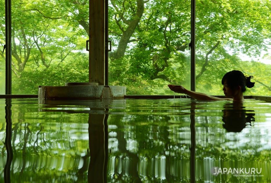一邊欣賞窗外景致一邊泡澡的愜意