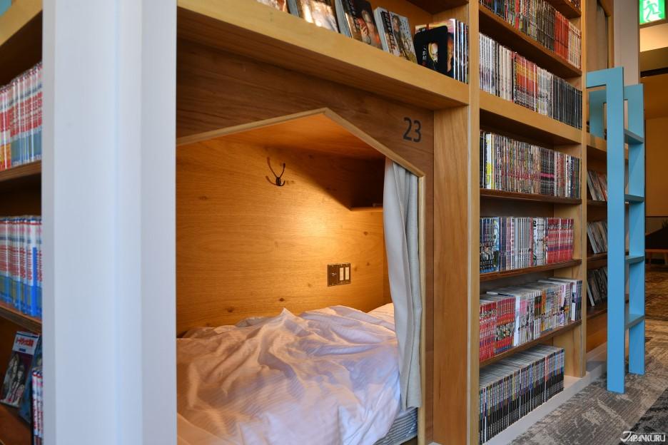 Capsule avec bibliothèque sur les murs extérieurs