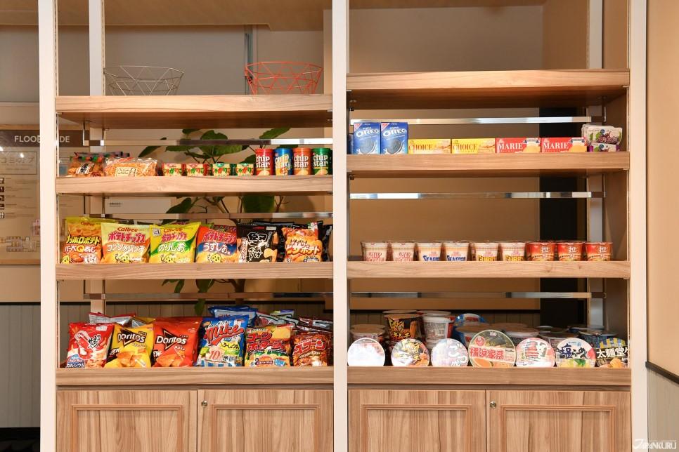 Snacks, nouilles et sucreries sont disponibles à la réception