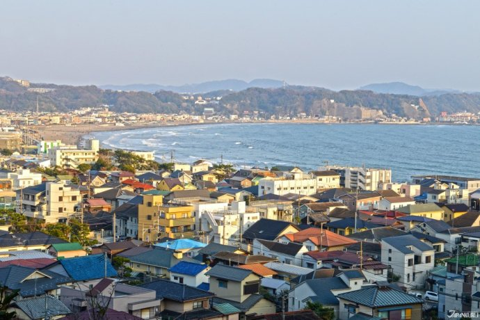 Panoramic view of the town and sea of Kamakura.