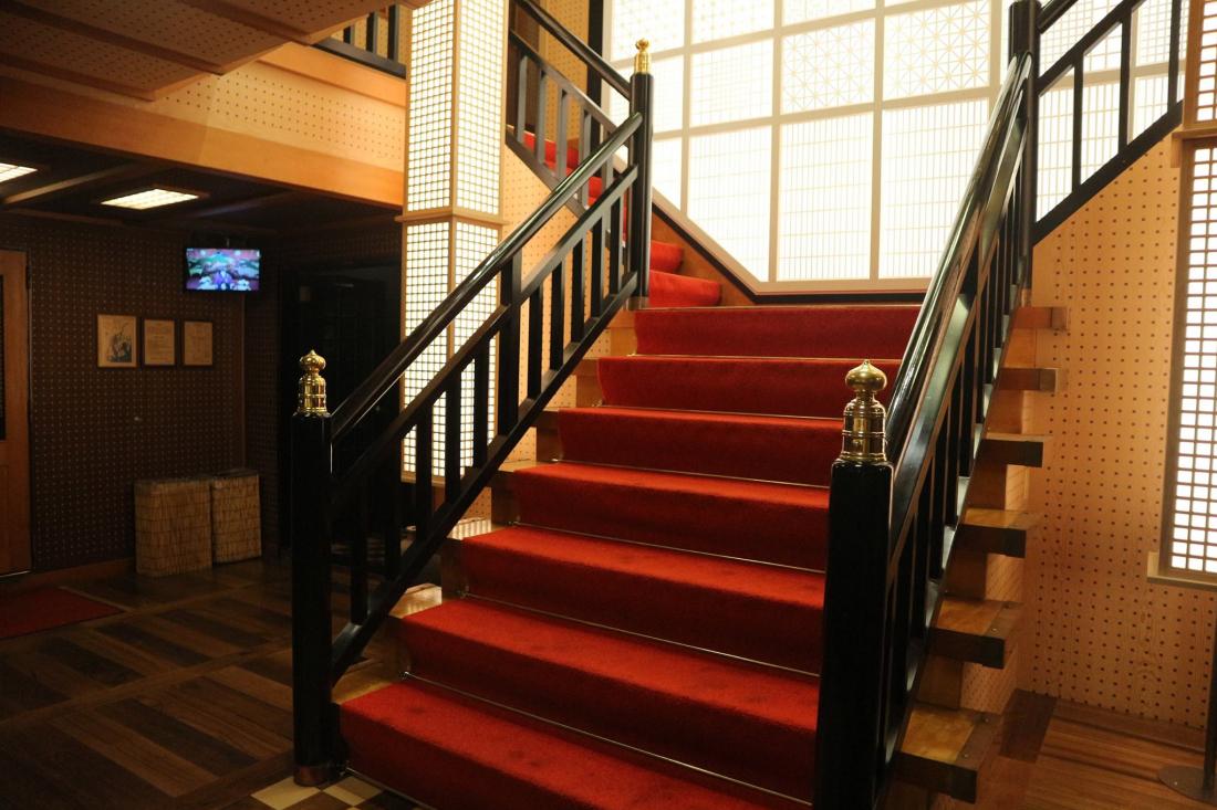 你能想像這麼氣派的樓梯是在船裡面嗎!!