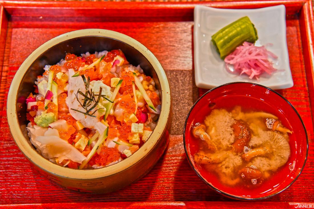 ชิราชิซูชิ (Chirashi Sushi (チラシ寿司))