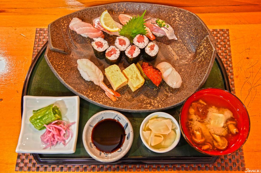 โทคุโจซูชิ (Tokujo Sushi (特上にぎり))