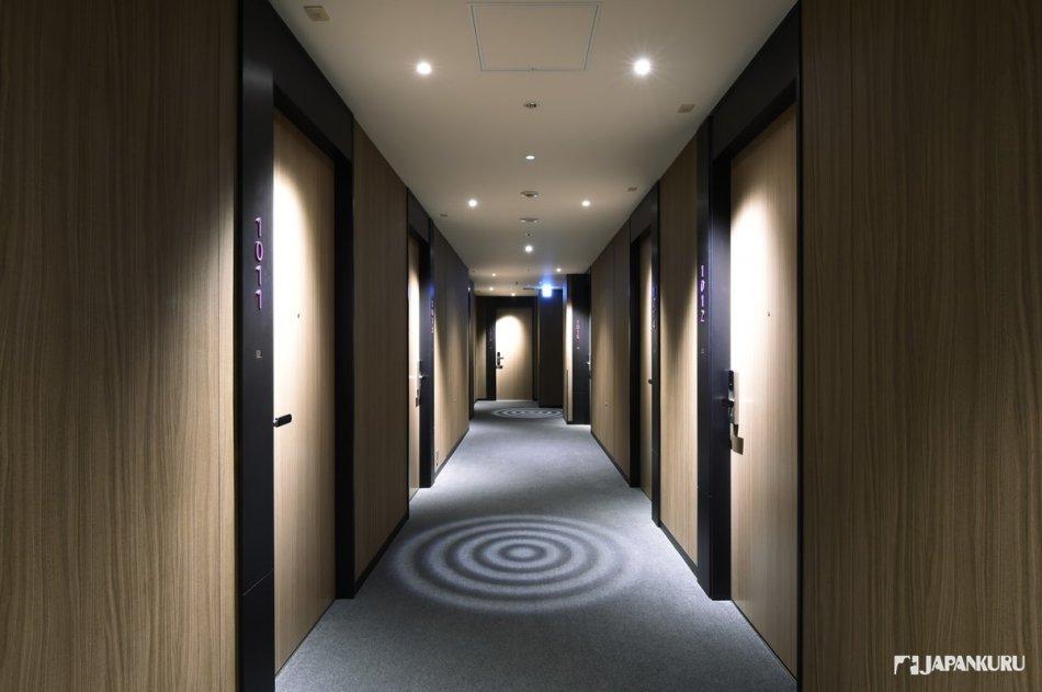 走廊的造型燈飾充滿藝術氣息