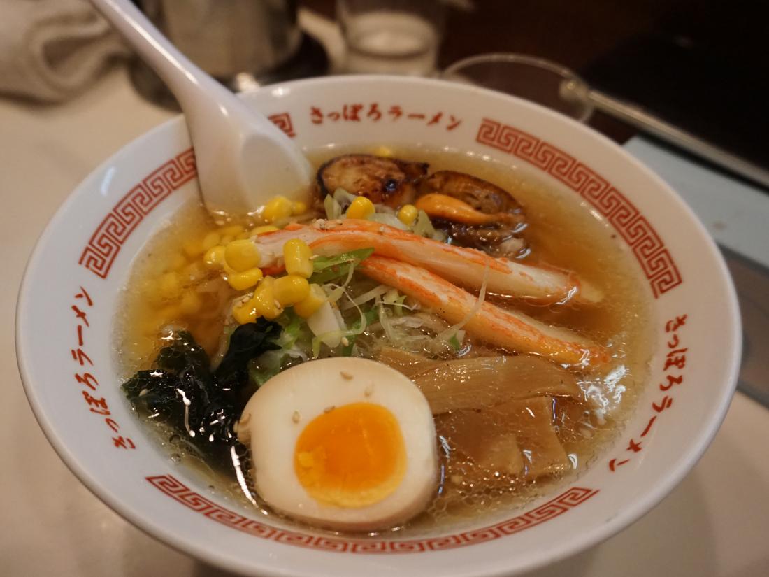 ▲ 쇼유(간장)를 베이스로 한 '카이센라멘(해산물 라멘/ 1,400엔)'이에요.