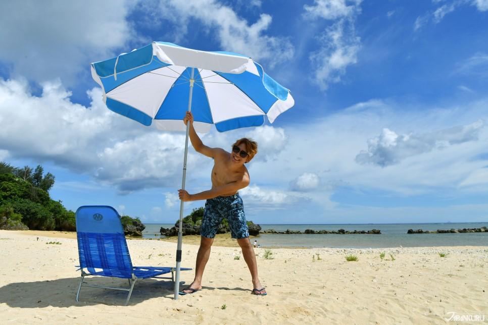 海灘傘和椅子