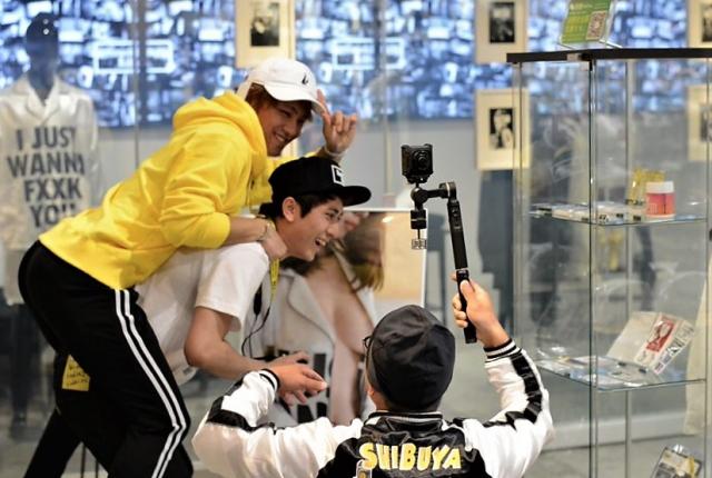 ※재미난 연출을 위해 카메라 앞에서 역동적인 액션을 취하는 모델들