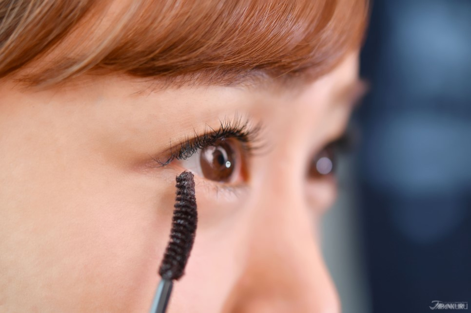 ❸ Stroke Bottom Lashes