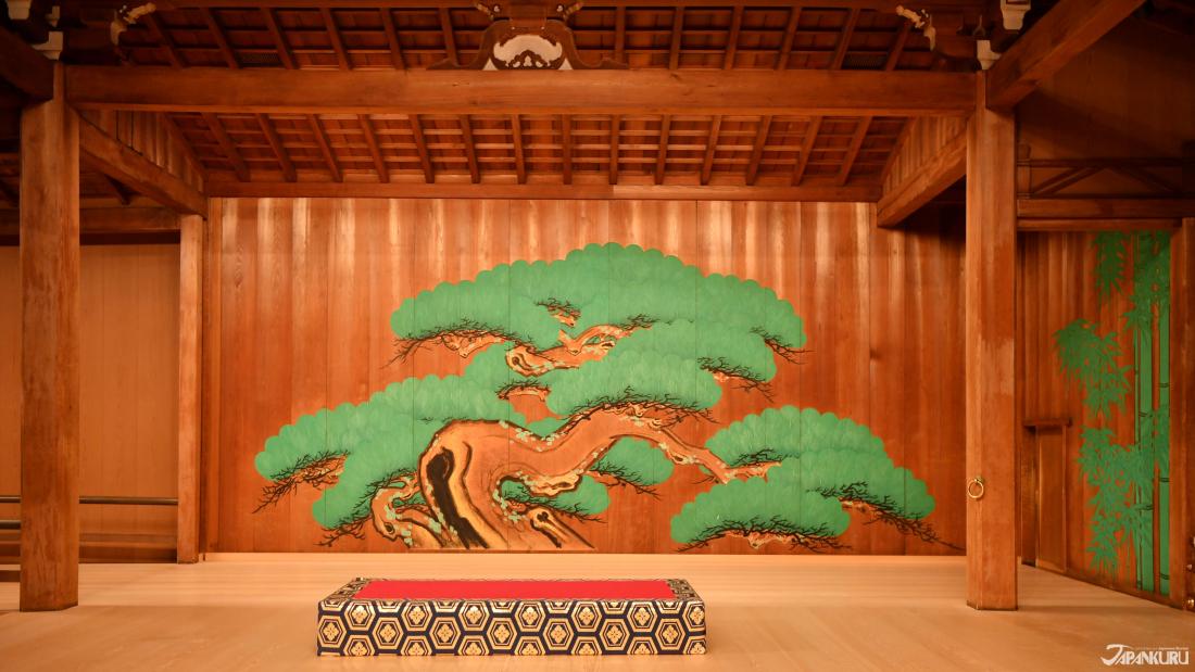 舞台正面的松樹畫像