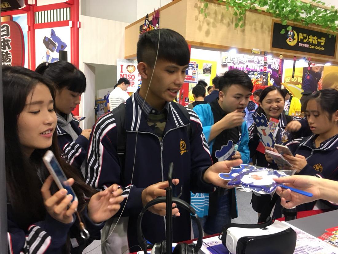 쿠루키 머리띠와 부채를 받아가는 대만 학생들