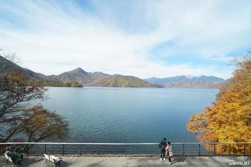 아름다운 주젠지 호수 바로 앞에 세워졌어요.