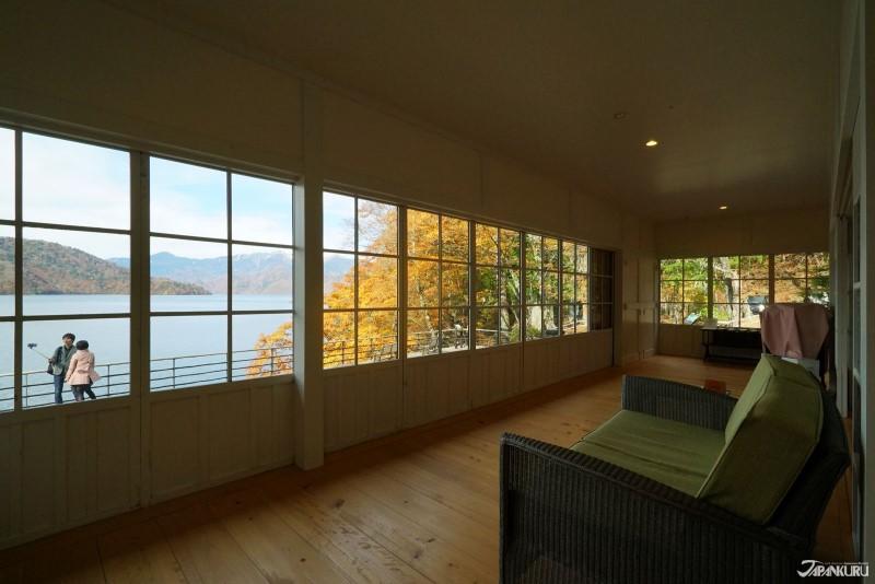 커다란 창문을 통해 전망하는 고즈넉한 주젠지 호수의 풍경