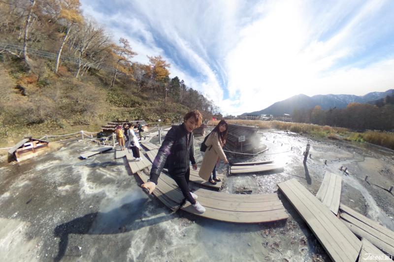 부글부글 끓어오르는 온천수 위를 걷는 오쿠닛코의 유바타케