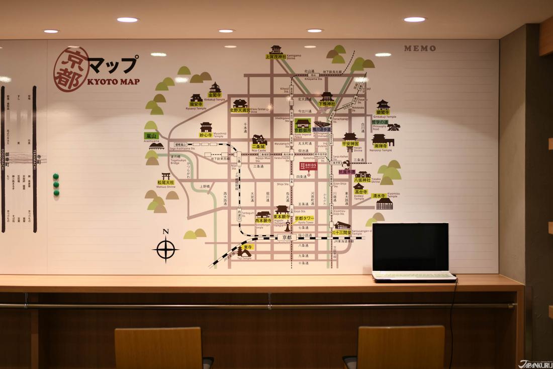 繪有京都地圖的白板