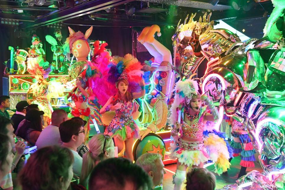 로봇들과 댄서들의 화려한 쇼