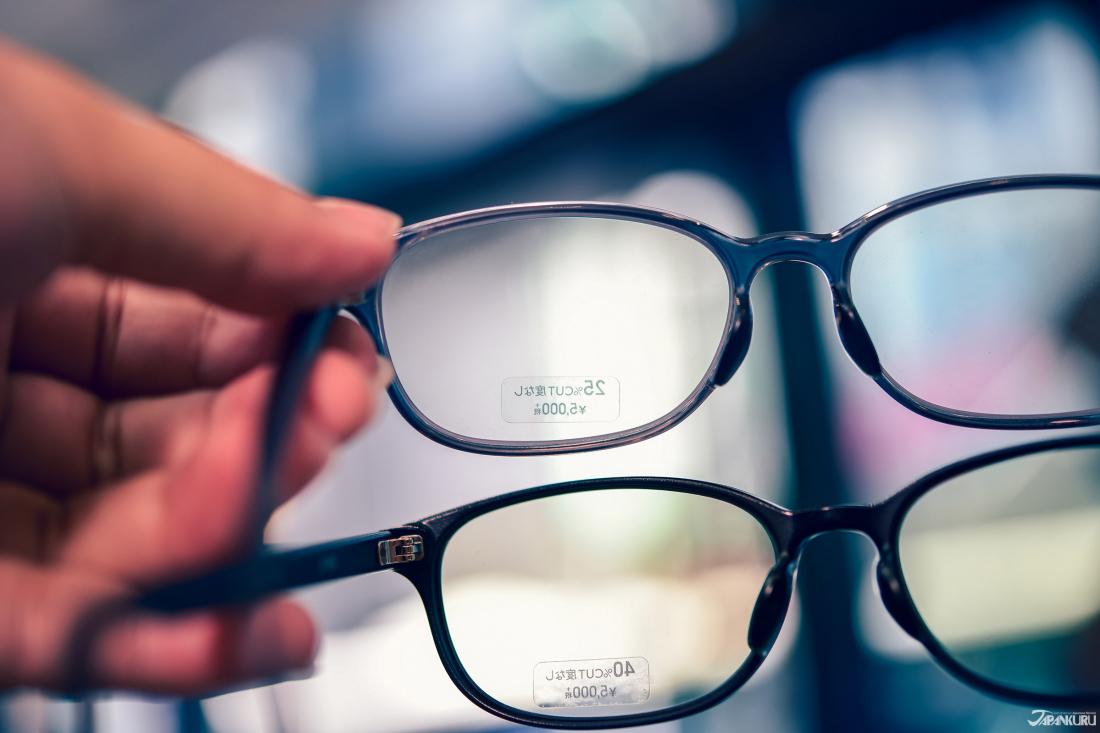 40%의 안티 블루 라이트 렌즈는 25% 보다 진한 노란색을 하고 있습니다.