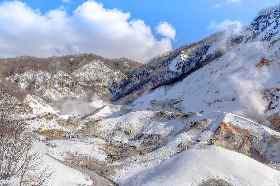 흰 연기를 뿜어대는 지옥계곡의 모습