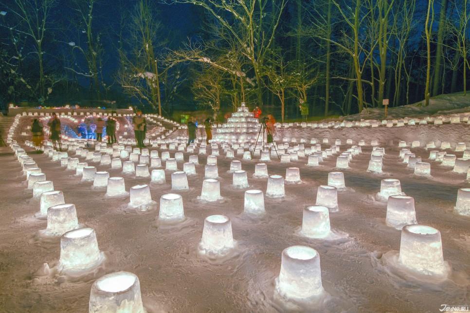 눈 위에서 은은한 불빛을 뿜어내는 촛불 유키토로우 (雪灯路)