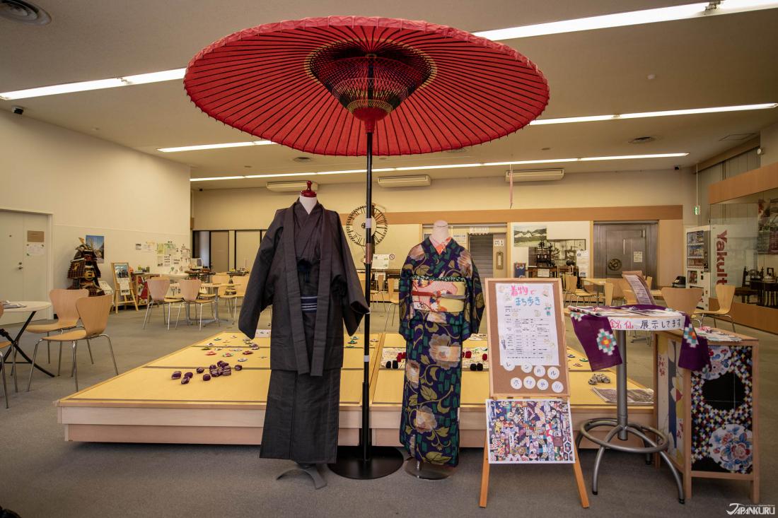Có nhiều tài liệu lịch sử về kimono ở tầng một nhưng nếu bạn muốn thuê kimono hoặc áo giáp lên tầng hai nhé!