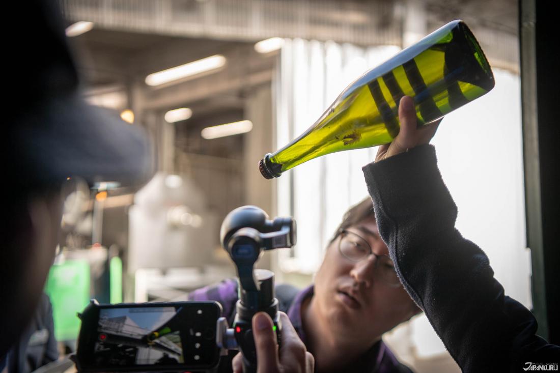 Nếu bạn muốn tham quan bên trong nhà máy rượu thì cũng chỉ tốn 500yen mà thôi. Bên cạnh đó sẽ một nhân viên sẽ hướng dẫn bạn bằng tiếng Nhật.