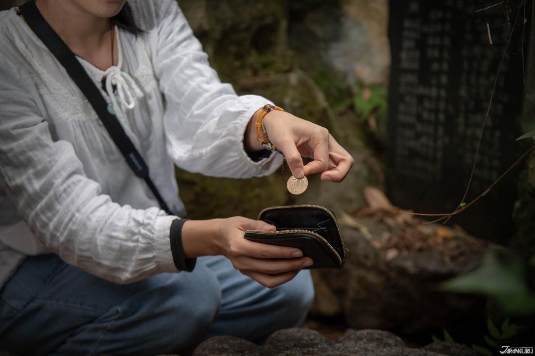 Trong các khu vực của ngôi đền, còn có những nơi để rửa tiền. Vì người Nhật tin rằng khi bạn rửa tiền rồi bỏ vào ví thì bạn sẽ trở nên giàu có hơn!