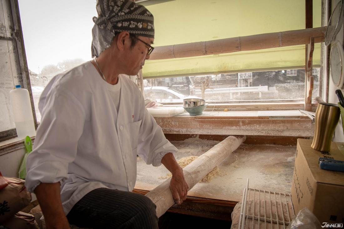 Bạn có thể xem cách người ta giã nát và làm ramen bằng một khúc gỗ khổng lồ.