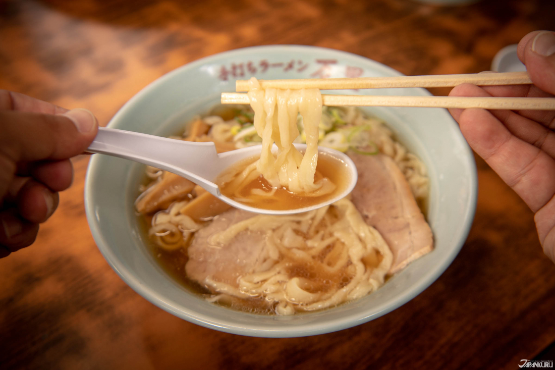 Vì ramen được làm thủ công ngay lúc đó, nên sợi mì siêu mềm dai cực phù hợp với nước súp và nước tương.