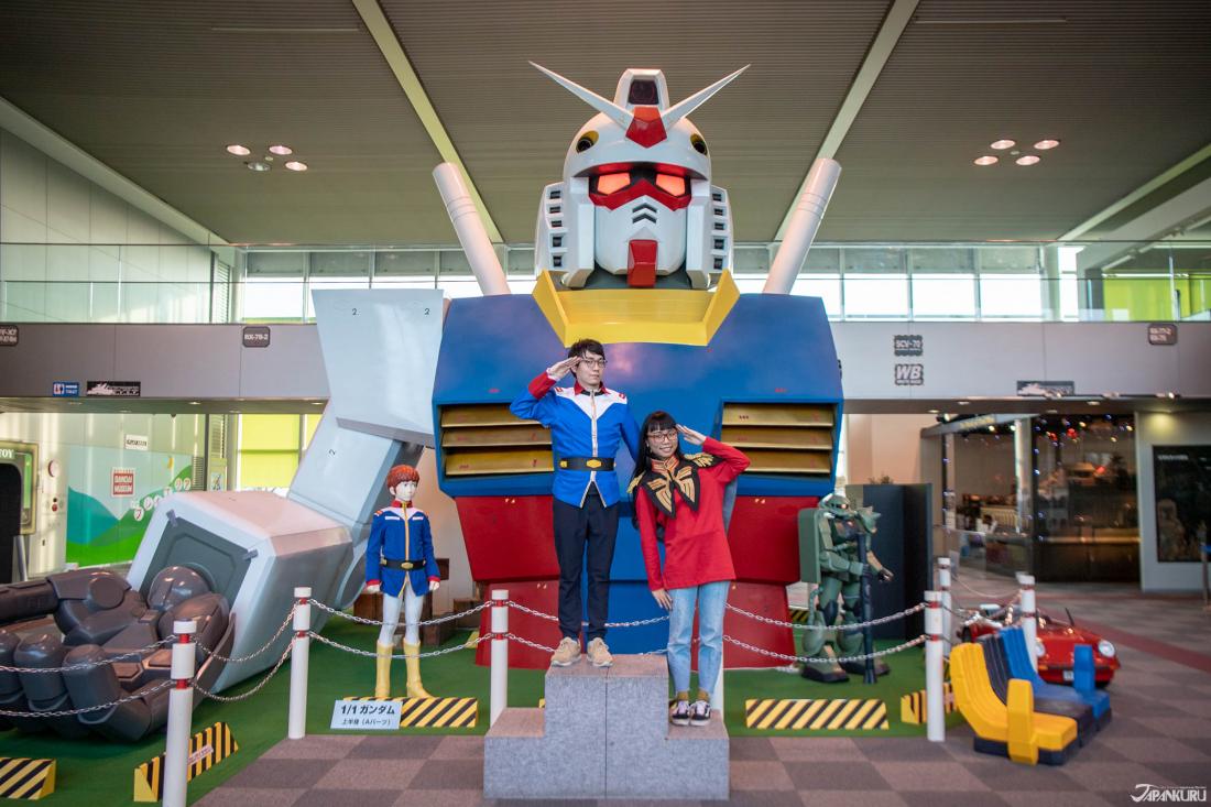 © 創 通・サンライズ Một nửa bức tượng của Gundam được trưng bày ở trung tâm bảo tàng. Bạn có thể mượn trang phục để mặc và chụp hình!
