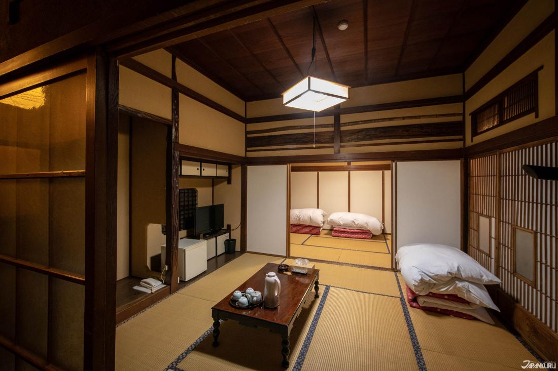 Những căn phòng kiểu truyền thống của Nhật Bản với sàn trải chiếu, nệm, và cửa kéo.