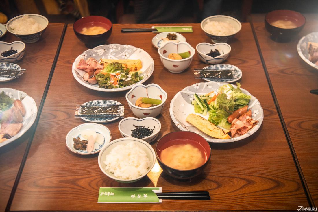 Bữa sáng cũng là một bữa ăn theo phong cách truyền thống của Nhật với các món ăn có kích cỡ khác nhau.