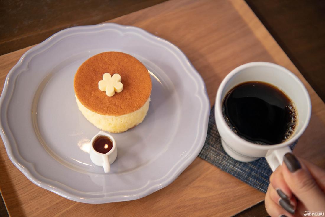 Bánh pancake (厚焼 き ホ ッ ト ケ ー) (450 yên) được phục vụ nóng hổi