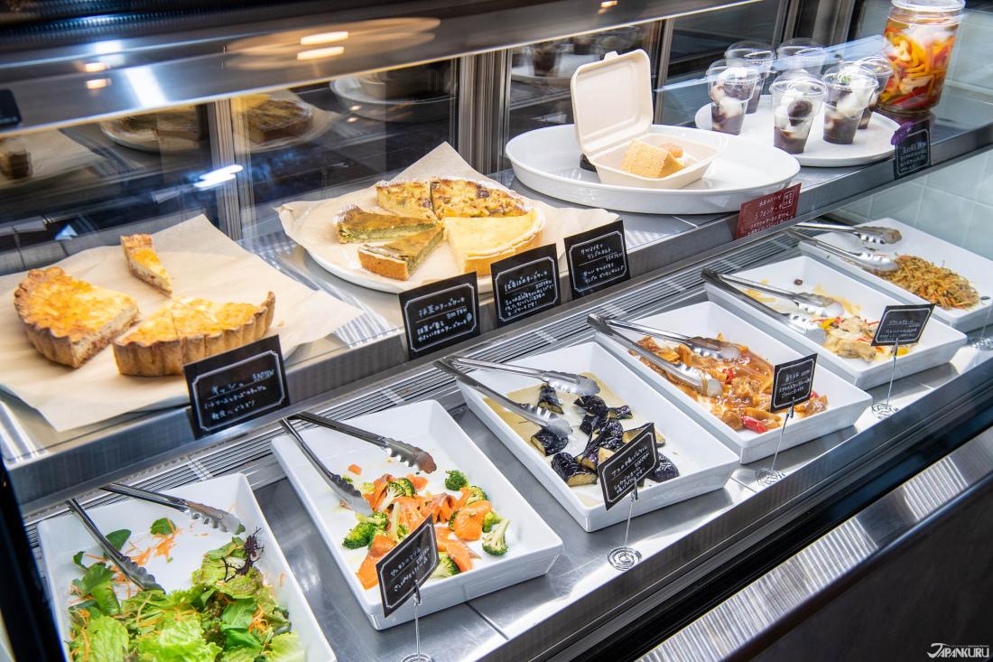 Ngoài các món ăn đã nấu chín, còn có một số món ăn nhẹ