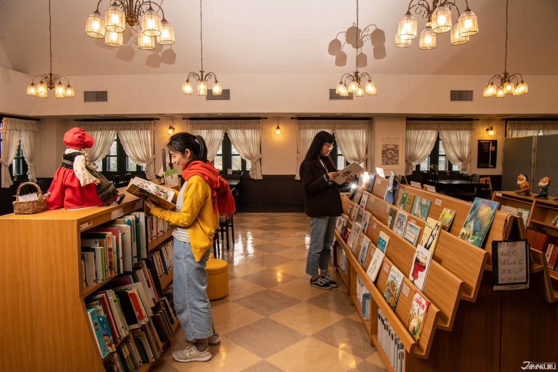 Trên tầng hai của tòa nhà là một quán cà phê với rất nhiều sách liên quan đến Đức được góp tặng từ người dân địa phương