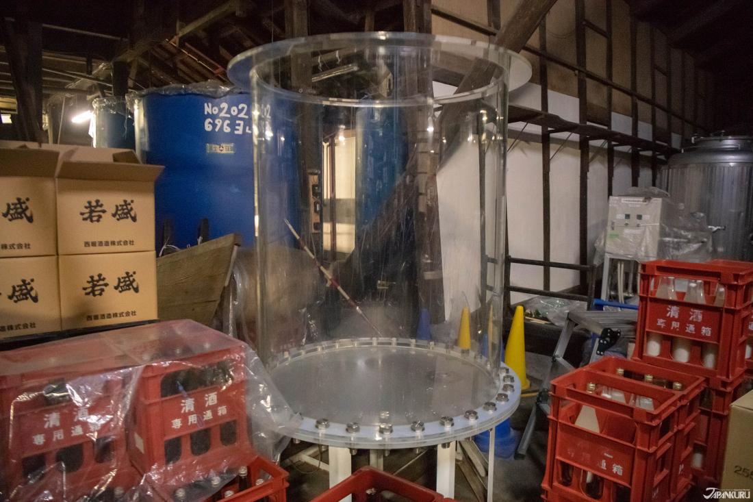 Các thùng trong suốt giúp các nhà sản xuất rượu sake dễ dàng quan sát tình trạng lên men hơn.