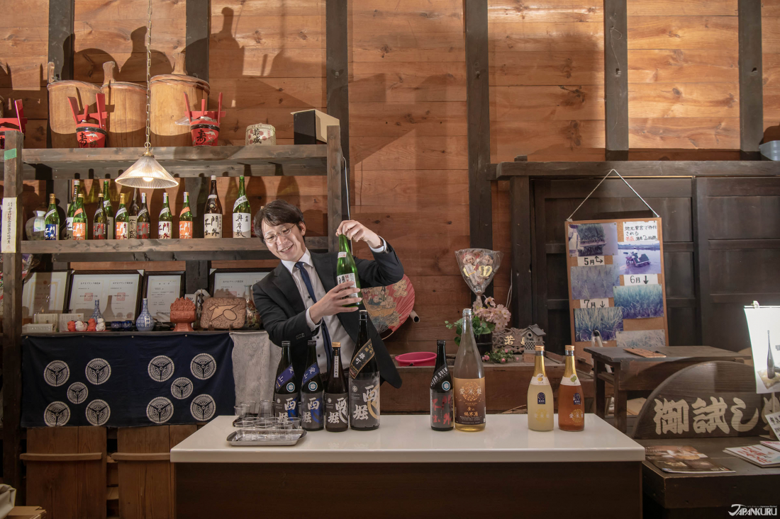 Vào cuối của tour du lịch, bạn có thể nếm thử một số vị! Chai rượu trong tay của ông Miki chủ của 6 thế hệ, là Mongai Fushutsu (門外不出) một trong những chai rượu mà ông rất tự hào