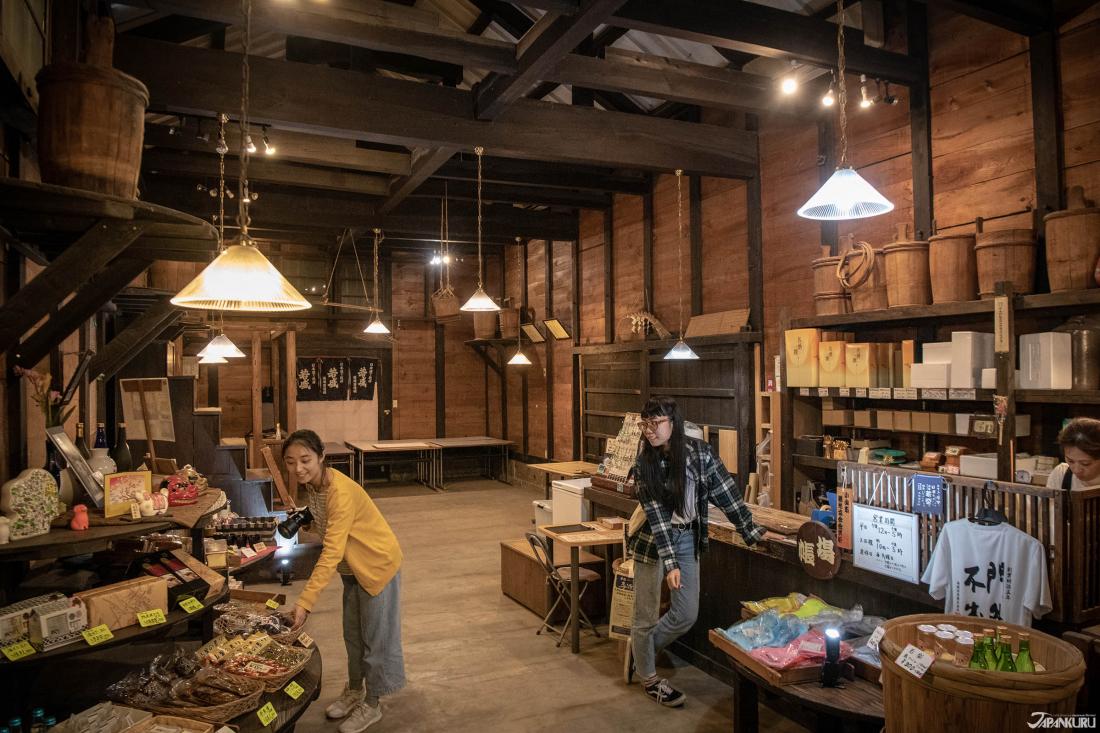 Ngoài rượu sake, còn có những món quà liên quan đến rượu trong cửa hàng