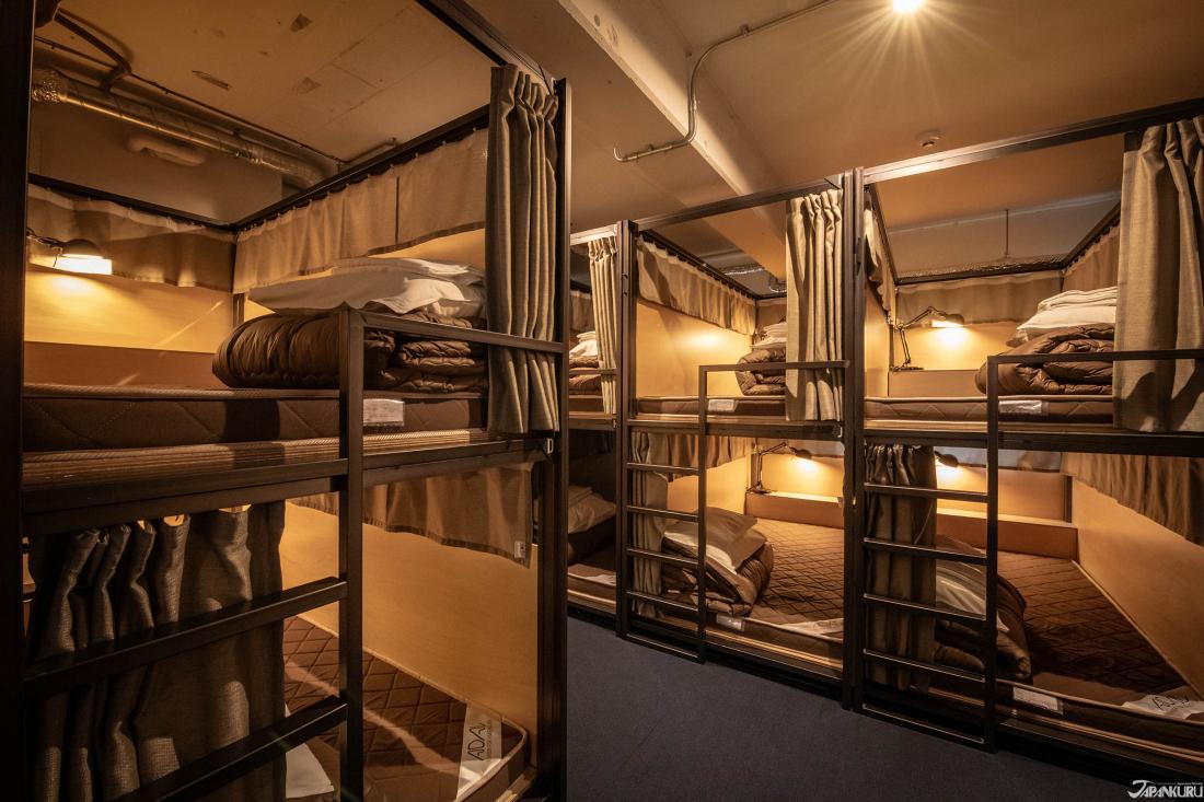 双层床铺共有18个床位
