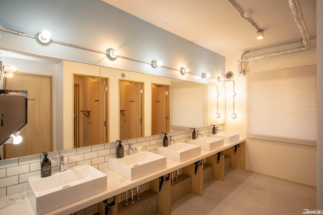 共用淋浴和浴室,环境相当干净明亮