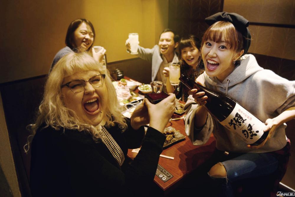 이자카야(居酒屋)는 문자 그대로 일본어로 '앉아서(居) 마시는 술집(酒屋)'을 의미합니다. 한국에서는 이자카야라고 하면, 일본식 술집으로 통칭되고 있죠. 이자카야는 보통 일본식 술인 사케와 주류 및 이에 따른 간단한 요리를 제공하고 있습니다. 지역마다 20 ~ 30년 이상된 가게가 많으며, 지역 주민들이 단골 고객으로 찾아오는 경우가 많습니다. 한국과는 달리 보통 17시부터 23시까지만 영업하는 것이 일반적입니다.