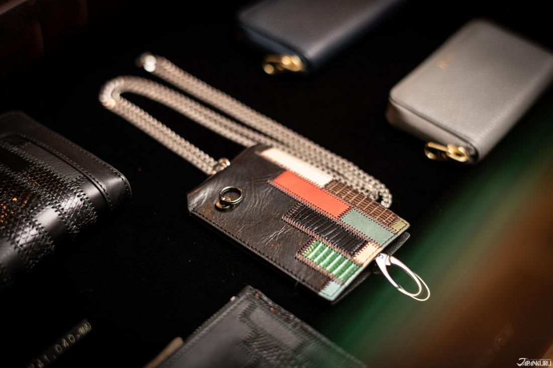 Móc khóa thủ công được làm bằng cách trộn hai loại da.