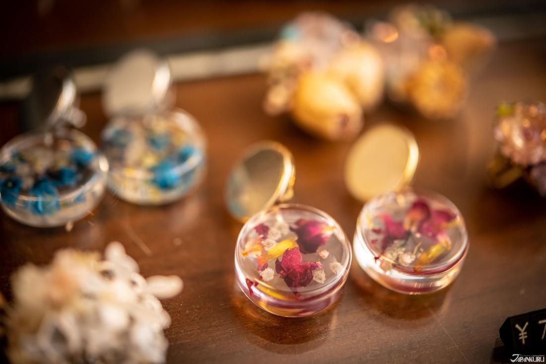 Hoa tai tinh tế được thiết kế bằng hoa thật.